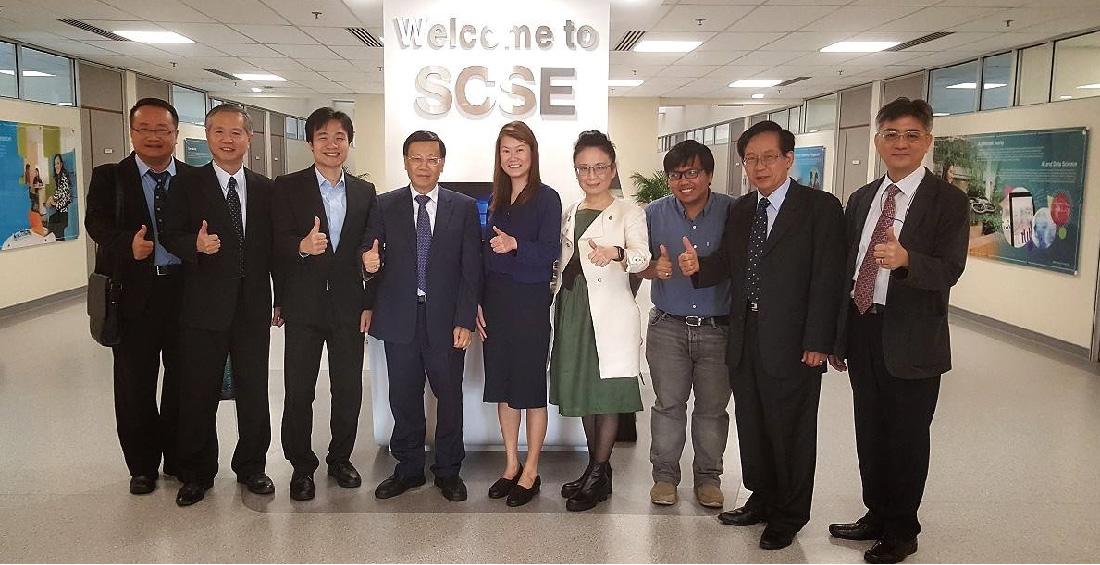 亞大校長蔡進發(左四)帶領亞大參訪團參訪南洋理工大學資訊科學與工程學院。